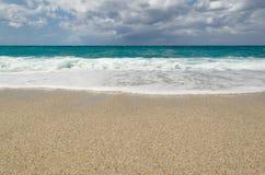 Agua de la turquesa en la playa de Riaci cerca de Tropea, Italia fotos de archivo