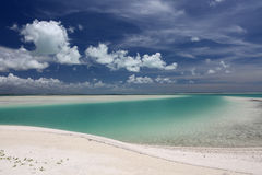 Agua de la turquesa y arena blanca en la laguna de Kiritimati Foto de archivo libre de regalías