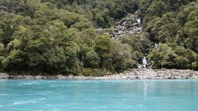 Agua de la turquesa y cascadas de rugir a Billy Falls, Nueva Zelanda almacen de video