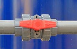 Agua de la válvula del PVC en la estación del tratamiento Fotografía de archivo libre de regalías