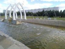 Agua de las cascadas de la fuente Imagen de archivo libre de regalías