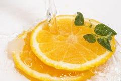 Agua de las naranjas fotografía de archivo libre de regalías