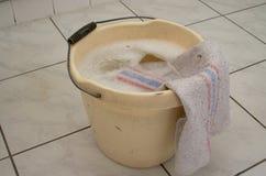 Agua de limpieza del cubo fotos de archivo libres de regalías