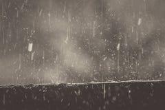 Agua de lluvia que cae en la pared para rebotar, un fondo hermoso Fotos de archivo