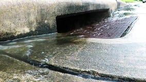 Agua de lluvia que corre en un dren de la tormenta almacen de video