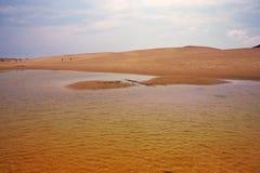 Agua de lluvia y dunas de arena Foto de archivo