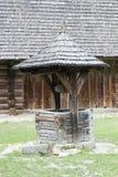 Agua de madera vieja bien en pueblo Foto de archivo