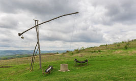 Agua de madera vieja rumana bien en el campo Foto de archivo