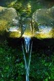 Agua de manatial en la fuente de Córcega fotos de archivo