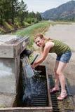 Agua de manatial que consigue adolescente Imágenes de archivo libres de regalías