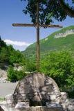 Agua de manatial y una cruz Fotografía de archivo