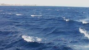 Agua de mar azul que pasa la visión desde un barco móvil almacen de metraje de vídeo