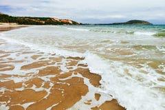 Agua de mar baja con las ondas y la espuma Fotografía de archivo libre de regalías
