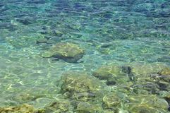 Agua de mar clara en fondo de la luz del sol fotos de archivo