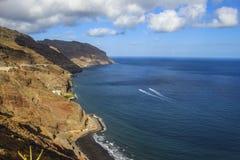 Agua de mar colorida de la playa de Tenerife Summer Playa de Las Gaviotas Océano Atlántico del paisaje de montañas de centro turí foto de archivo libre de regalías