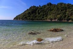 Agua de mar del claro de Cristal en la playa de la arena Foto de archivo