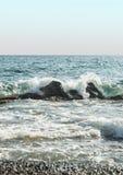 Agua de mar del verano con las rocas y las ondas Fotos de archivo libres de regalías