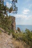 Agua de mar en la fractura de la roca de la montaña Foto de archivo libre de regalías