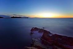 Agua de mar - exposición larga con el castillo Fotografía de archivo libre de regalías