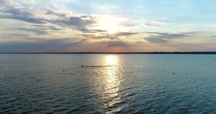Agua de mar de la puesta del sol del abejón metrajes