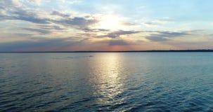 Agua de mar de la puesta del sol del abejón almacen de video