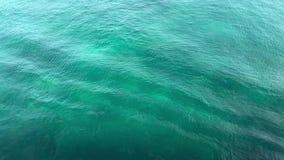 Agua de mar ondulada clara fina con el movimiento lento en naturaleza almacen de metraje de vídeo