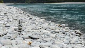 Agua de piedra de la pirámide y de la turquesa cerca de rugir a Billy Falls, Nueva Zelanda almacen de metraje de vídeo