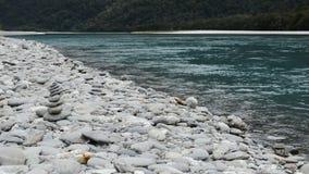 Agua de piedra de la pirámide y de la turquesa cerca de rugir a Billy Falls, Nueva Zelanda almacen de video