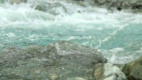 Agua de río de la montaña con el puente abandonado y roto viejo del vintage almacen de video