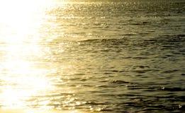 Agua de río durante la puesta del sol de la tarde Imagenes de archivo