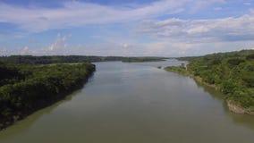 Agua de río enorme que sale de depósito eléctrico hidráulico de la presa metrajes
