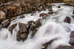 Agua de río que fluye en el parque nacional de Thingvellir, Islandia Imágenes de archivo libres de regalías