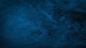 Agua de río que remolina en la oscuridad almacen de video