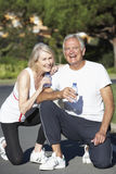 Agua de reclinación y potable de los pares mayores después del ejercicio Foto de archivo