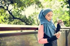 Agua de reclinación y potable de la mujer islámica Fotografía de archivo