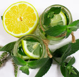 Agua de restauración con el limón, la menta y el pepino Fotografía de archivo