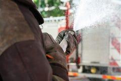 Agua de rociadura del bombero durante práctica Imagenes de archivo
