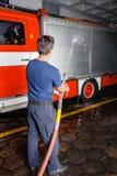 Agua de rociadura del bombero en el camión durante práctica Fotografía de archivo libre de regalías