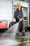 Agua de rociadura del bombero en piso durante práctica Fotos de archivo