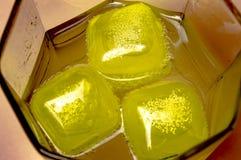 Agua de soda con los cubos enfriados en un primer de cristal imágenes de archivo libres de regalías