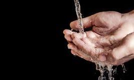Agua del ahorro de la mano Fotos de archivo libres de regalías