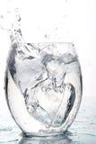 Agua del chapoteo con el rectángulo de hielo Foto de archivo libre de regalías