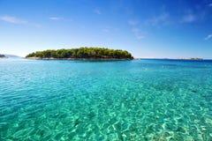 Agua del claro del mar adriático con la isla Fotos de archivo libres de regalías