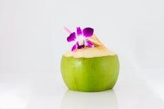 Agua del coco de la porción y adornamiento de la flor de la orquídea Imagen de archivo
