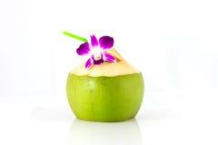 Agua del coco de la porción y adornamiento de la flor de la orquídea Imagenes de archivo