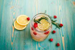 Agua del Detox con la frambuesa, cal, limón, romero en tarro Imagenes de archivo
