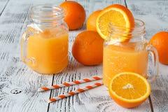 Agua del Detox con las naranjas en un tarro de albañil con la paja Hacia abajo compita Foto de archivo