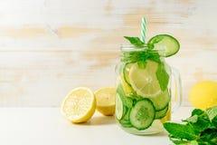 Agua del Detox infundida con el limón, el pepino y las puntillas cortados de la menta foto de archivo libre de regalías