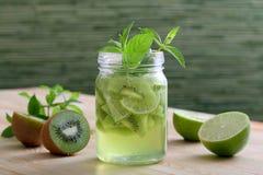 Agua del Detox o kiwi y cal del zumo de fruta Imágenes de archivo libres de regalías