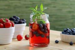 Agua del Detox o zumo de fruta con las bayas Imagen de archivo libre de regalías